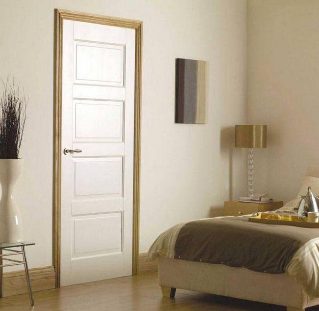 білі двері і підлога в інтер'єрі