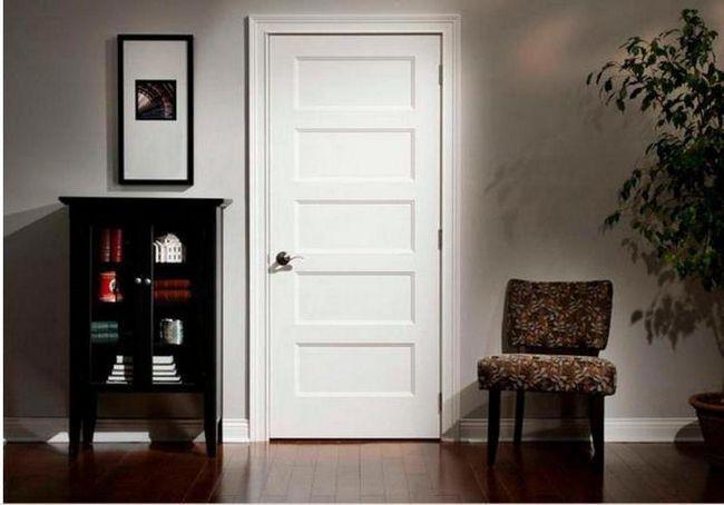 білі двері в інтер'єрі квартири
