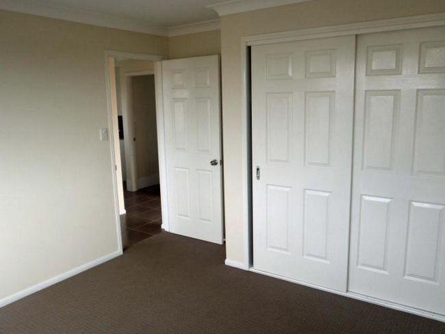 білі міжкімнатні двері в інтер'єрі