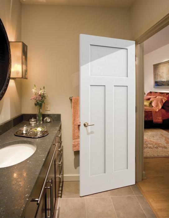 білі глянцеві двері в інтер'єрі