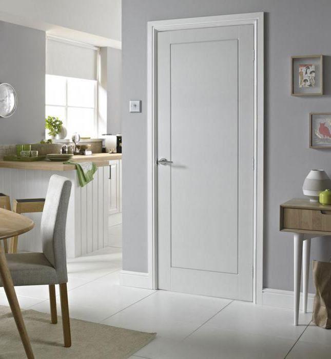 білі двері і плінтуса в інтер'єрі