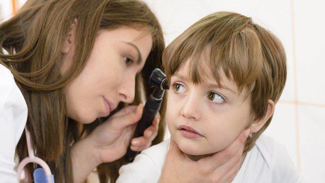 що робити якщо у маленької дитини болить вухо