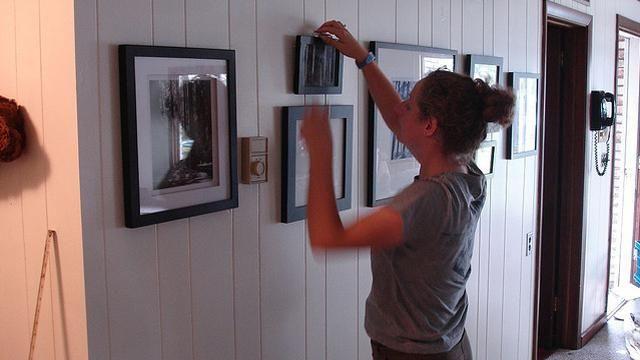 як повісити картину без цвяхів і не свердлячи стіну
