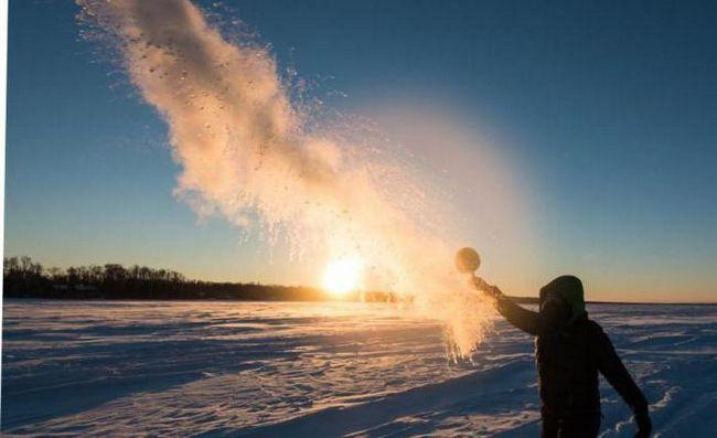 яка вода замерзає швидше холодна або гаряча на вулиці в мороз