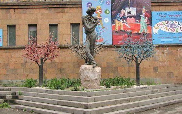 пам'ятник л Єнгібарова