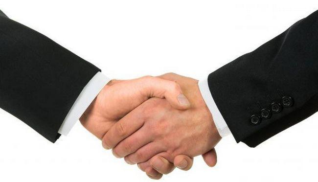 Фото - Звідки відбулася традиція подавати руку при зустрічі?
