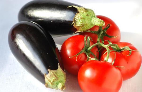 Салат з баклажанів і помідорів з часником