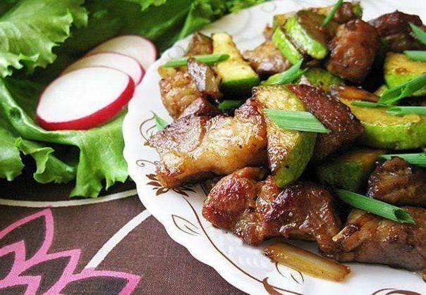 Тушковані кабачки зі свининою
