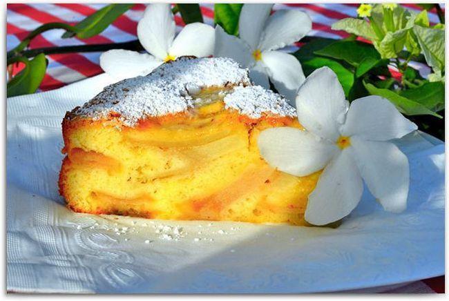 Фото - Повітряна шарлотка з яблуками: рецепт приготування