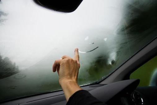Сильно запотівають вікна в машині